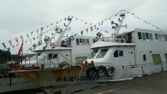 """石浦渔港,又名荔港,呈东北西南走向,为""""月牙""""状封闭型港湾,"""
