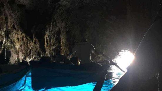 卡普里岛拥有被誉为世界七大奇景之一的蓝洞。蓝洞为石灰岩地形,