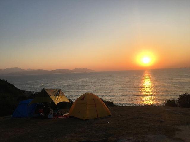 【塔門一日遊】塔門露營+美食+交通指南,海景草地看日出!