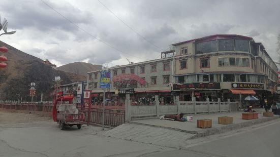行走318国道,从康定翻越折多山进入人文意义上的藏区,第一站
