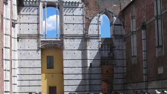 锡耶纳大教堂建造于1215年和1263年之间,是意大利较早的