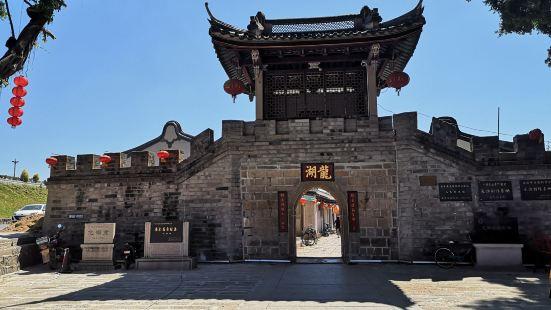 """龙湖古寨素有""""潮居典范、祠堂千家、书香万代""""之美誉,位于韩江"""
