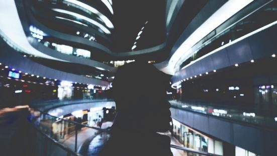 很有特色的一座建筑 就靠着二环边上 一到晚上感觉各式各样的弧