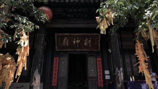 袁家村景区位于西安市北,乘车约1.5小时可到达,除了可以逛景