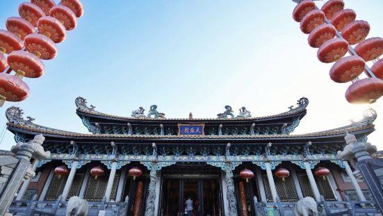 凤山祖庙旅游区位于广东省汕尾市区东面的品清湖畔。由凤山公园、