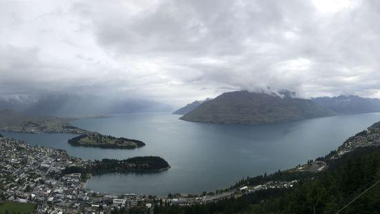 风景优美,登顶后观看皇后镇全景。