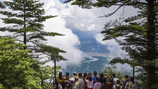 """瓦屋山又名""""蜀山"""",海拔1154米至2830米,山顶平台面积"""