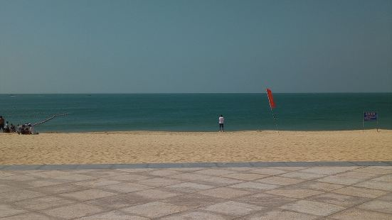 沙滩很漂亮,一边风急浪大可谓是波涛汹涌蔚为壮观,而另一边则是