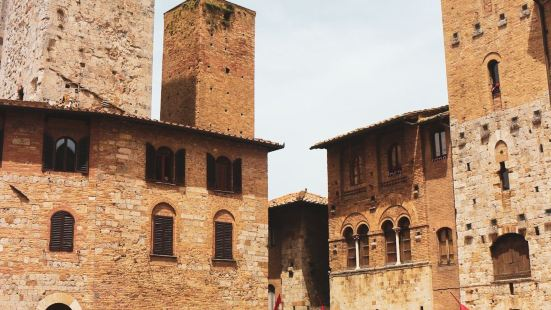 圣吉米尼亚诺是托斯卡纳大区的一个古镇,靠近锡耶纳,古镇以众多