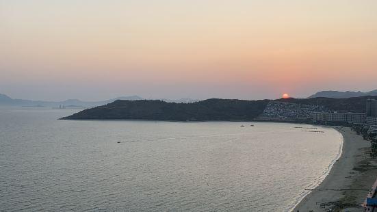沙细、水蓝、人少,这里的景色不输海南,尤其是日落夕阳余晖下的
