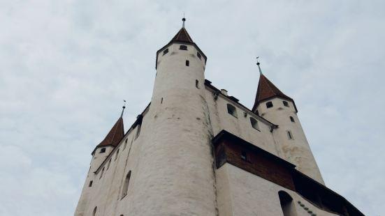 中心建筑有点方正,有点敦实,四个小尖顶,砖红色的屋面,这个体
