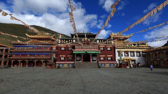 塔公寺是藏区著名的花教寺庙,是藏传佛教萨迦派著名寺庙之一,有