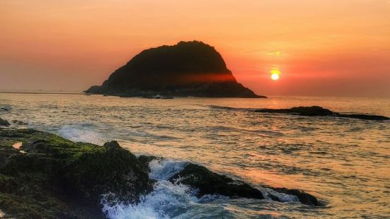 排角海岸线位于广东惠州地区,全长约14~15公里。因礁石是黑