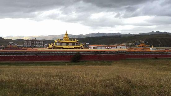 木雅金塔位于四川省康定县新都桥镇,建于1997年,由宁玛派多