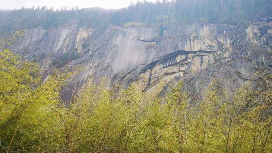 林芝卡定沟天河瀑布都说瀑布水中天然形成的有一尊大佛时隐时现