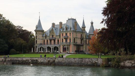 在码头边上,是一个拥有大草坪和超级视野的城堡,略微呈现粉红色