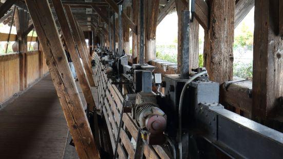 图恩最著名的景点了,桥整体感官是木质结构,下面有很多过水门,