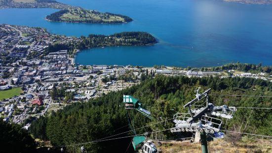 乘坐天空缆车+鲍勃峰远眺,是皇后镇众多旅游项目的首选。鲍勃峰