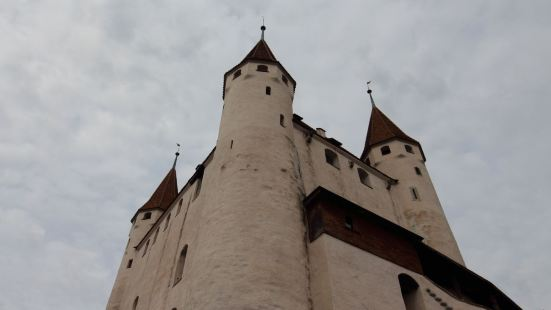 图恩的中心,白色的城堡,建筑很舒展,围墙很自由,依山而建,中