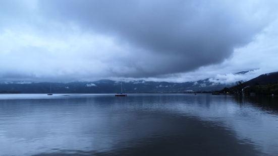 邛海的景色真的超好,空气也好,太舒服了。坐上人工船慢慢的在海
