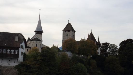 施皮茨小镇的中心,还有点靠近图恩湖,城堡不大,很舒展,但它的