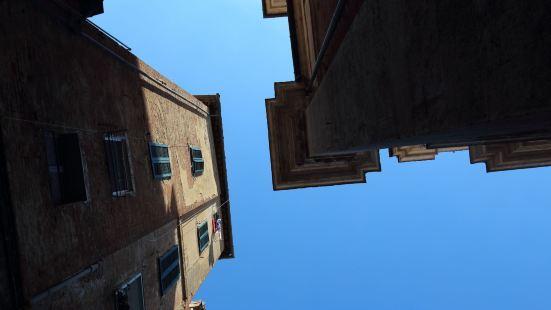和想象中的真是一模一样,中世纪老城,带有一些沧桑感,建筑黄色