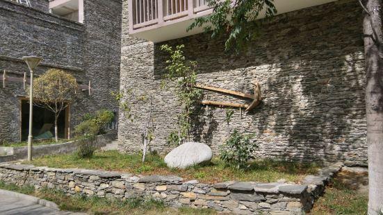 桃坪羌寨位于理县杂谷脑河畔桃坪乡,是国家级重点攵物保护单位,