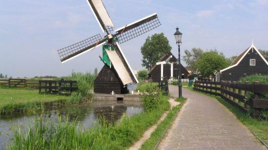 在荷兰的大港--鹿特丹和阿姆斯特丹的近郊,有很多风车的磨坊、