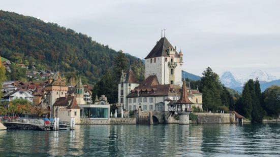 这是一个既高调又低调的城堡,高调是因为在图恩湖上行船的时候,