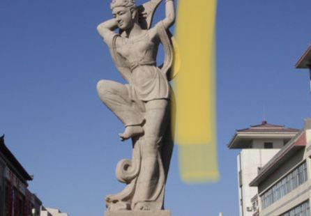 位于敦煌市中心、标志性建筑,极富特色
