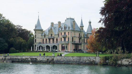 城堡直接面对图恩胡,位于游船码头的旁边,图恩湖南岸,等船的时