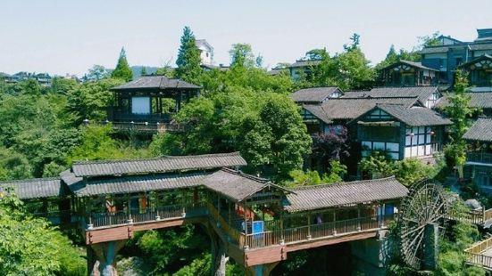 半山七里坪旅游度假区具备一个天然养生馆的条件,空气清新,植被