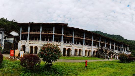 领报修院三面环山,地理坐标为北纬31°7′23″,东经103