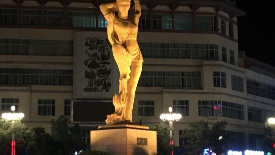 敦煌反弹琵琶塑像,就在敦煌夜市的一端,位于十字路口的中心地带