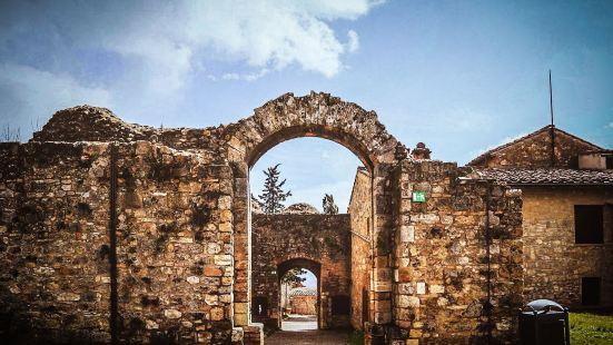 古城风光秀美,具有浓郁的中世纪建筑风格,特别以为数众多且紧密
