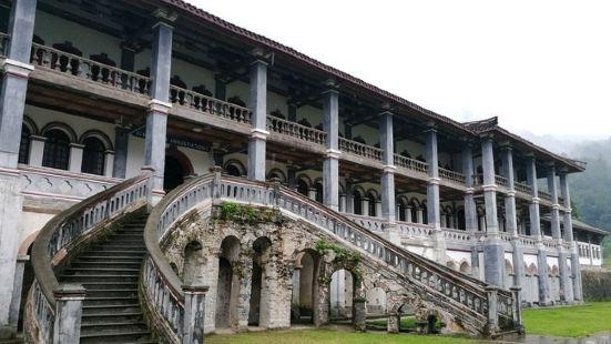 彭州白鹿上书院以领报修院而名闻川西,位于中法风情小镇北,中西