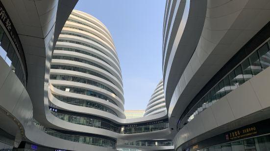 位于北京市东城区,临近地铁朝阳门站和东四站,建筑外形十分独特