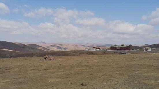 塔公草原位于甘孜州北部,是我们翻越折多山进入藏区后遇到的第一
