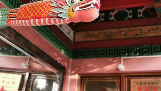 这是一座历史悠久富含深刻文化底蕴的寺庙,庙里建筑千姿百态,令