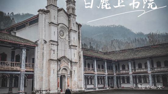 ·在偏僻的山林深处竟然藏着这么大规模的法式天主教教堂建筑,距