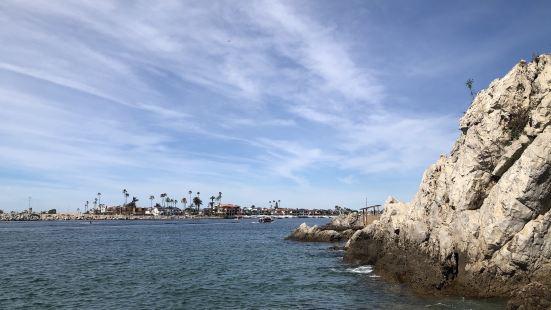 位于新港滩这里的Corona Del Mar 沙滩人少景美,