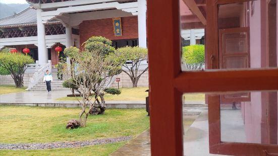岛上的居民大多是讲潮汕话,还有福建话的总兵府里的公交站有点小
