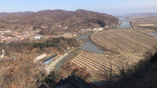 人少,参观比较舒适,风景好,登上长城可以清晰地看到朝鲜的大片