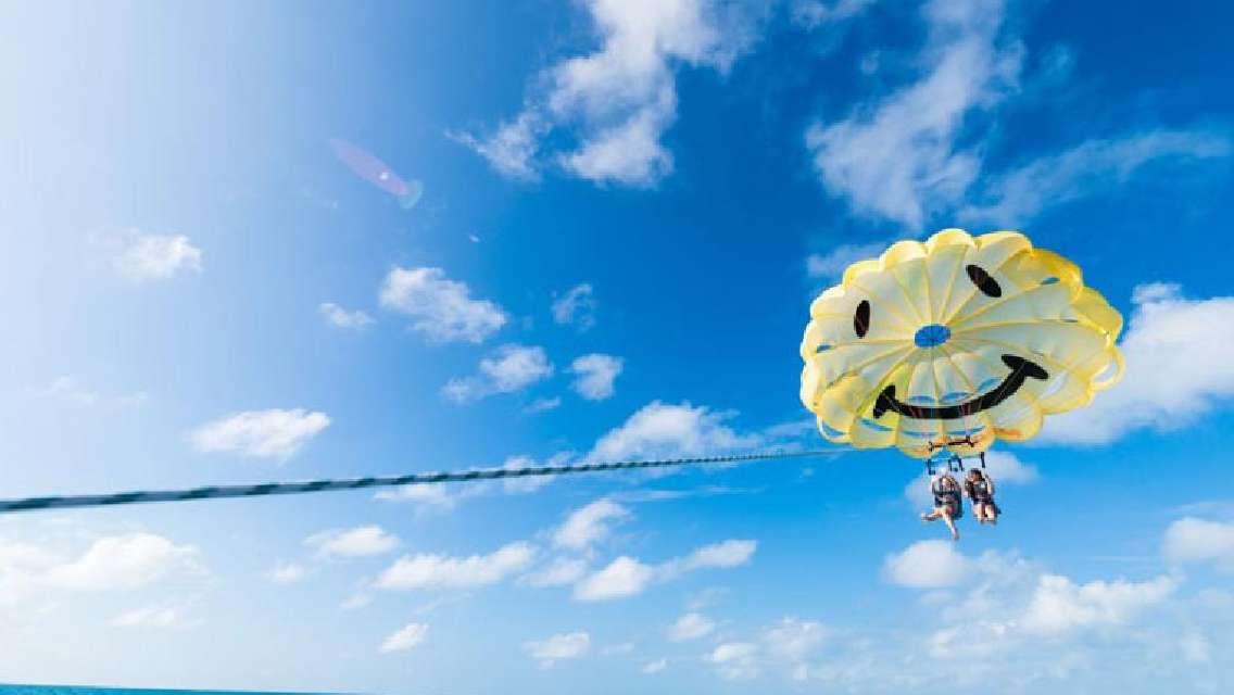 パラセーリング ロープは100・150・200mの3段階から選択 東海岸・海中道路上空で絶景飛行!ニコちゃんマークで写真映えもバッチリ<うるま市>