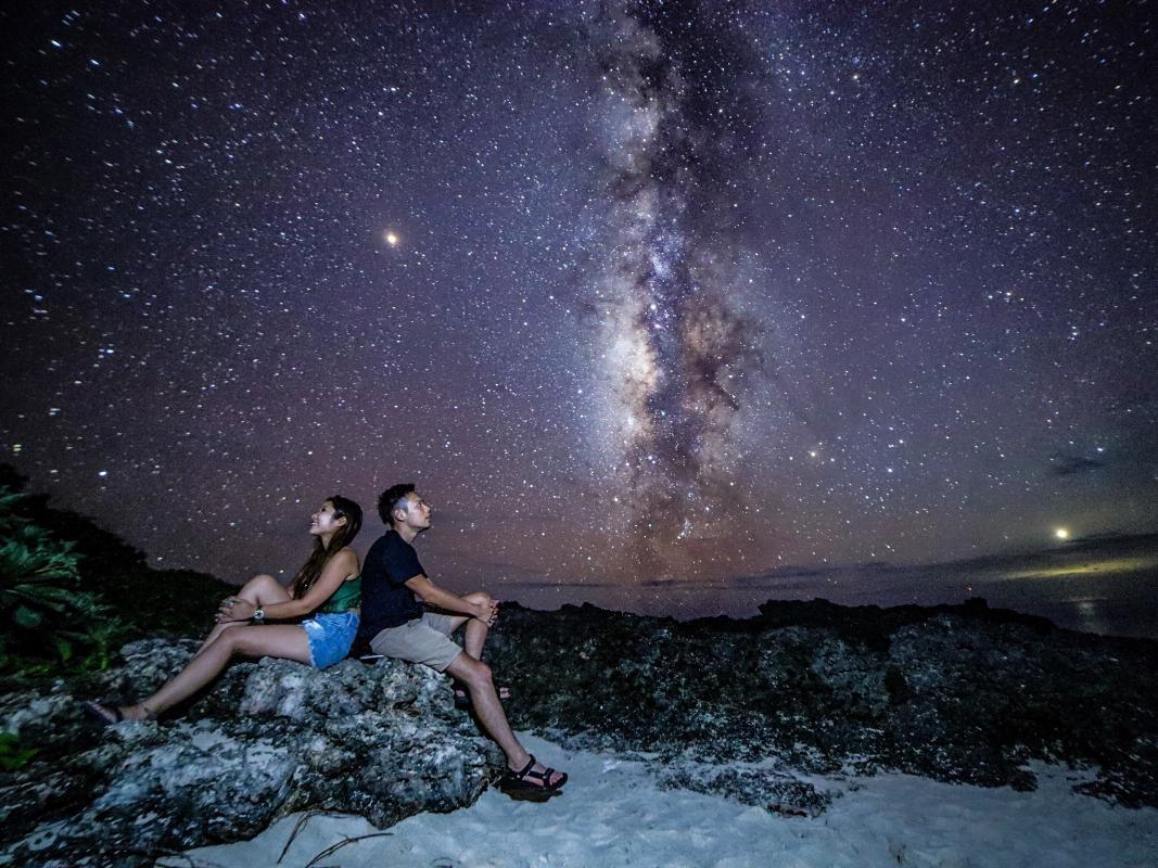 星空ナイトフォトツアー 女子旅におすすめ!羽根を描いたカワイイ写真を撮影 <宮古島>