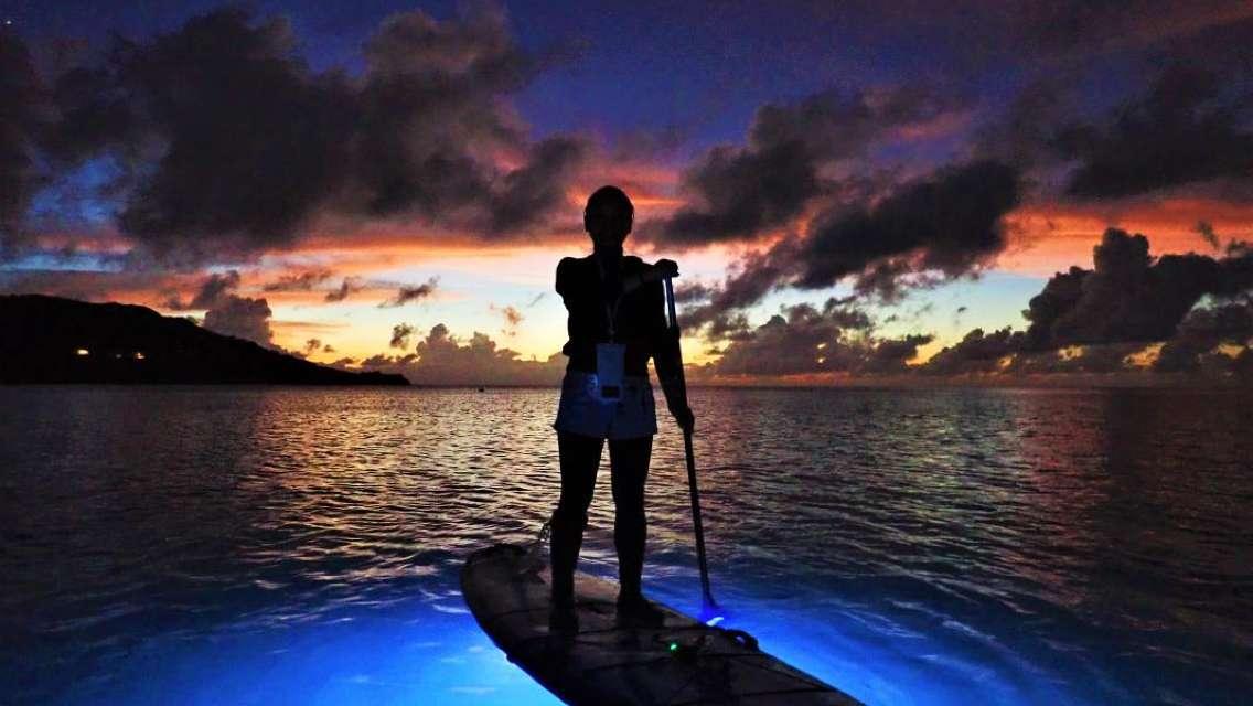 イルミネーションナイトSUP 光り輝くボードでサンセット&夜の海をクルージング<1グループ貸切/石垣島>by にじいろのさかな