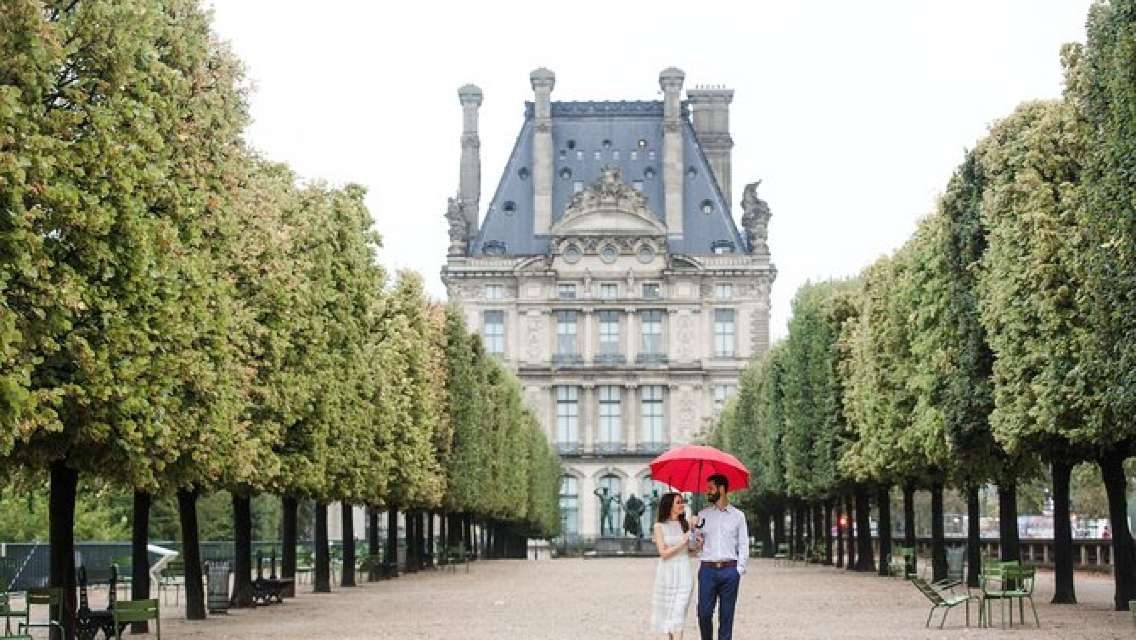 120 Minute Private Vacation Photography Session with Local Photographer in Paris