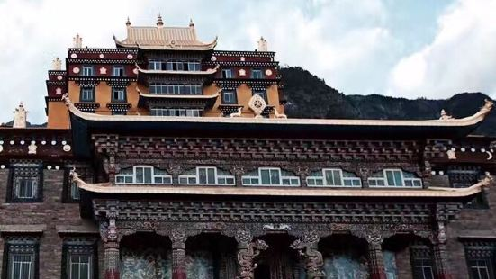 康巴地区的寺庙实在太多,对于藏传佛教寺庙没有历史文化沉淀的我