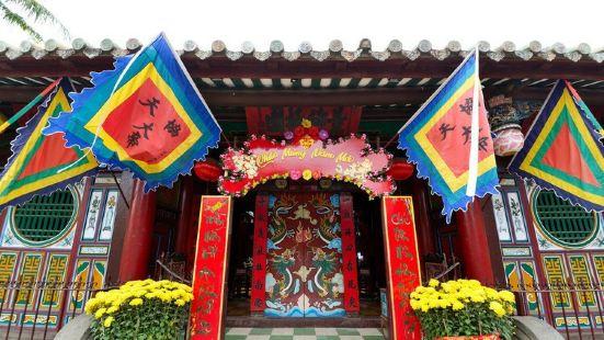 关帝庙在当地非常的受欢迎,这个关帝庙白天晚上都有人过来,而且