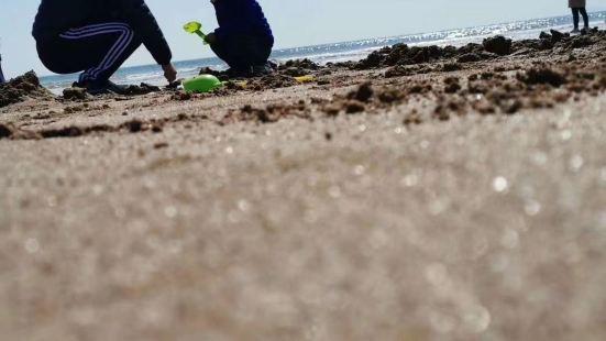 德阿让海滩,这边真的一片纯洁的净土呢,这个海滩上的沙子,真的
